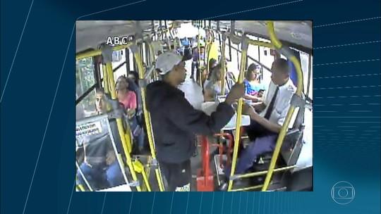 Refém de ônibus sequestrado no Rio diz que lembrou do caso do ônibus 174