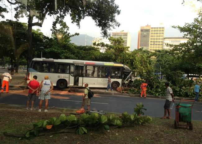 Acidente interdita pista no Flamengo, na Zona Sul. (Foto: Flavia Boabaid/Arquivo Pessoal)