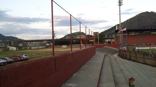 Alambrados estão sendo instalados na geralzinha do Estádio Engenheiro Araripe (Foto: Eduardo Dias/Globoesporte.com)