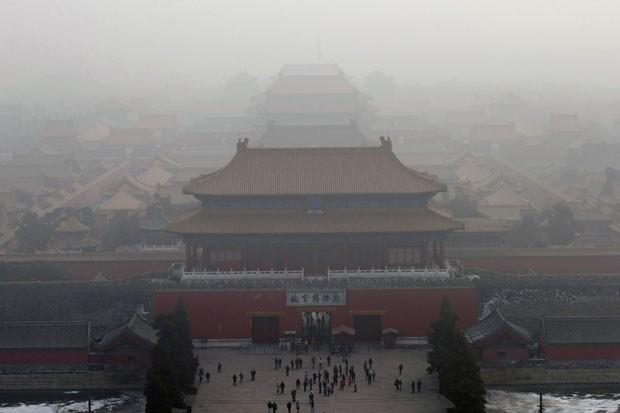 Névoa de poluição encobre neste domingo parte de Pequim onde fica a Cidade Proibida, cartão postal da China (Foto: Ng Han Guan/AP)