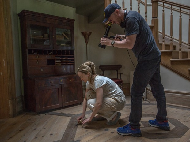 Left to right: Jennifer Lawrence and Director Darren Aronofsky on the set of mother!, from Paramount Pictures and Protozoa Pictures. (Foto: Niko Tavernise)