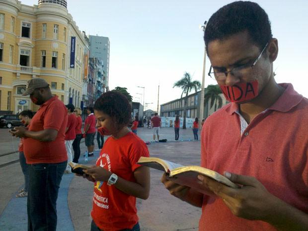 Mobilização contra o aborto no Marco Zero do Recife (Foto: Luna Markman / G1 PE)