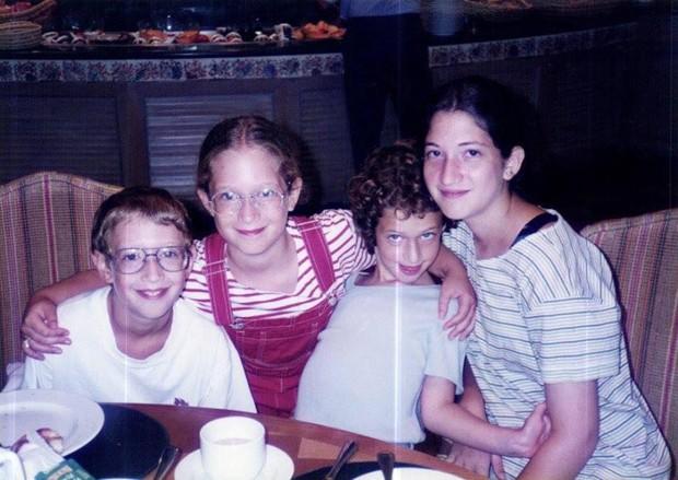 Mark e suas irmãs (Foto: Reprodução)