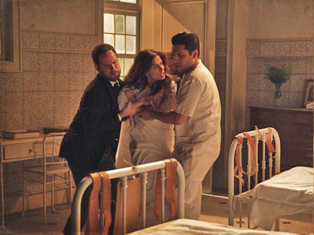 Laura não esperava por essa (Foto: Lado a Lado / TV Globo)