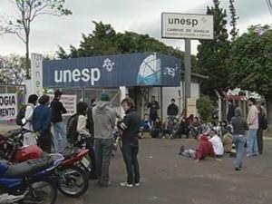 Os alunos fecharam os portões da universidade durante o protesto.  (Foto: reprodução/TV Tem)