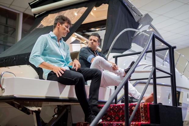 Rodrigo Faro em seu barco com o diretor comercial da Cimitarra, Marçal Martins (Foto: Divulgação)