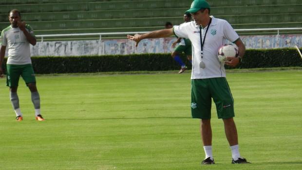 João Carlos Cavalo orienta jogadores do Uberlândia (Foto: Felipe Santos/GLOBOESPORTE.COM)
