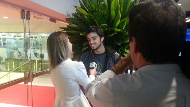 Rodrigo Simas deu uma paradinha para falar com a RPC TV (Foto: Divulgação/RPC TV)