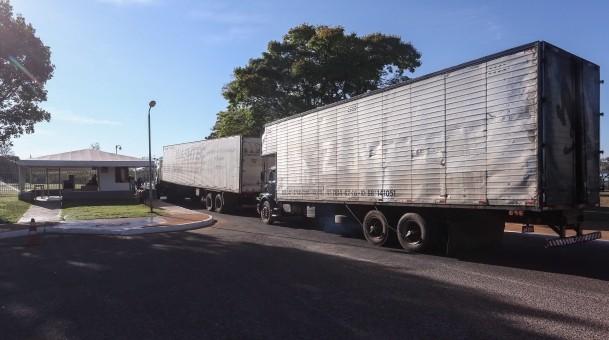 Caminhões baú chegam ao Palácio da Alvorada, em Brasília, para fazer a mudança da ex-presidente Dilma  (Foto: Andre Coelho/Ag. O Globo)