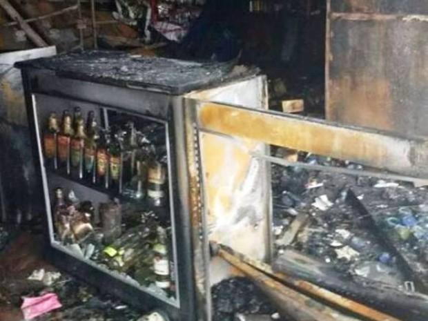 Mercado foi incendiado após tentativa de roubo (Foto: Rodrigo Melvi Rosário/Arquivo Pessoal)
