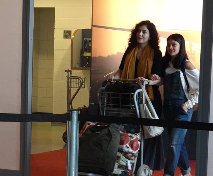 Maria e Rafaela chegam ao Brasil (Foto: Bel Bonotto/Gshow)