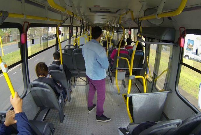 O ônibus também é fiel companheiro da galera e dos demais cidadãos (Foto: Reprodução / TV TEM)