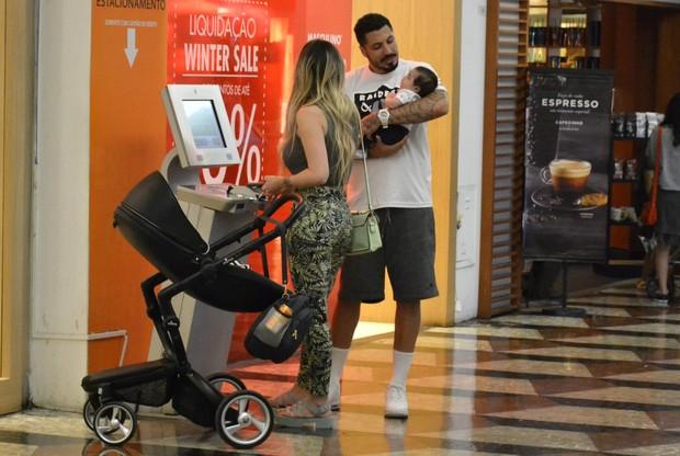 Aline Gotschalg e Fernando Medeiros com o filho (Foto: Webert Belicio / AgNews)