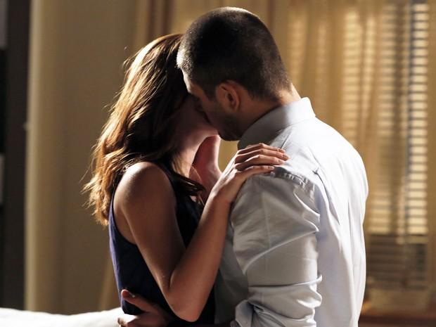 Lucas não se aguenta e acaba beijando Isis (Foto: Artur Meninea/TV Globo)