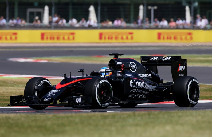 Fernando Alonso Espanhol acelera a McLaren durante GP da Inglaterra, em Silverstone (Foto: Reuters)
