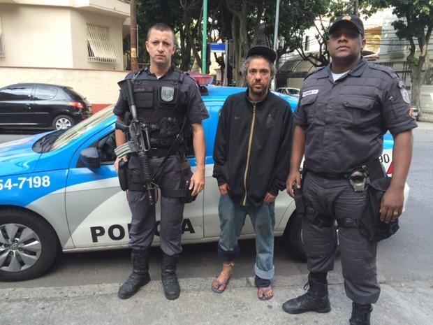 Aleph Del Moral com policiais  (Foto: Kathia Mello/G1)