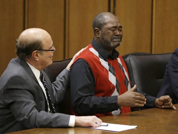 Ronnie Bridgeman (dir.), conhecido como Kwame Ajamu, se emociona após ser finalmente inocentado em uma corte de Cleveland, EUA, por um homicídio ocorrido em 1975. Ele e outros dois homens chegaram a receber a pena de morte pelo crime não cometido (Foto: Tony Dejak)