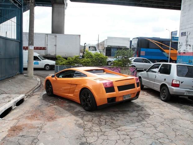 Lamborghini laranja foi encontrada abandonada na esquina da rua Clea Duarte com avenida Juntas Provisórias, no Ipiranga, Zona Sul de São Paulo (Foto: Carlos Pessuto/Brazil Photo Press/Estadão Conteúdo)