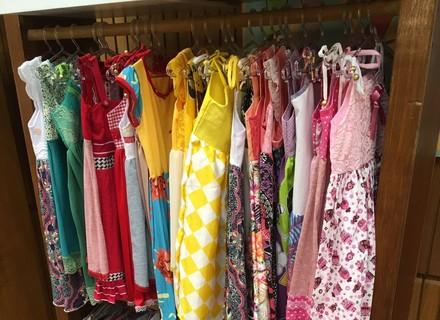 Inspirada no 'É de Casa', aposentada cria vestidos para doar a crianças africanas