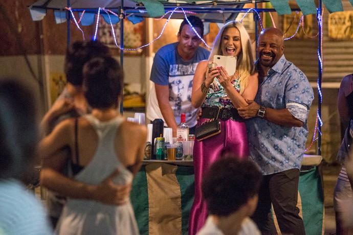Maristela tira foto de Jonatas dançando com Leila (Foto: Gshow / Felipe Monteiro)