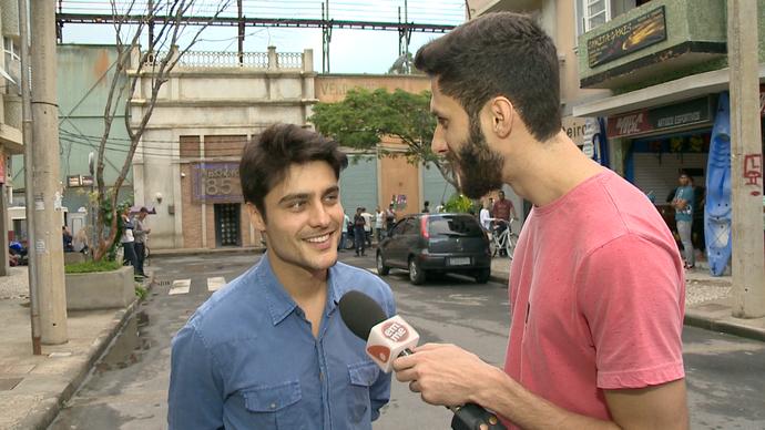 Diego faz entrevista com Guilherme na cidade cenográfica (Foto: Divulgação / TV Gazeta ES)