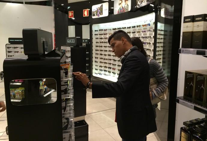 Wendell Lira olha óculos escuros para comprar (Foto: Ivan Raupp)