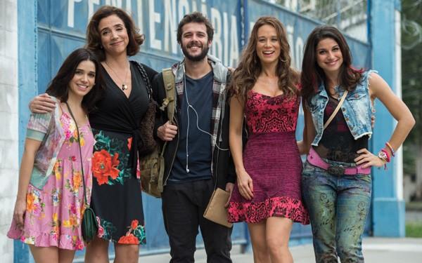 Chandelly como Carmela (à direita) com Mariana Ximenes, Sabrina Petraglia, Jayme Matarazzo e Marisa Orth (Foto: Divulgação/TVGlobo)