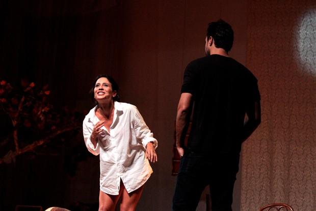Joaquim Lopes entre duas mulheres, em Por isso fui embora' (Foto: Divulgação)