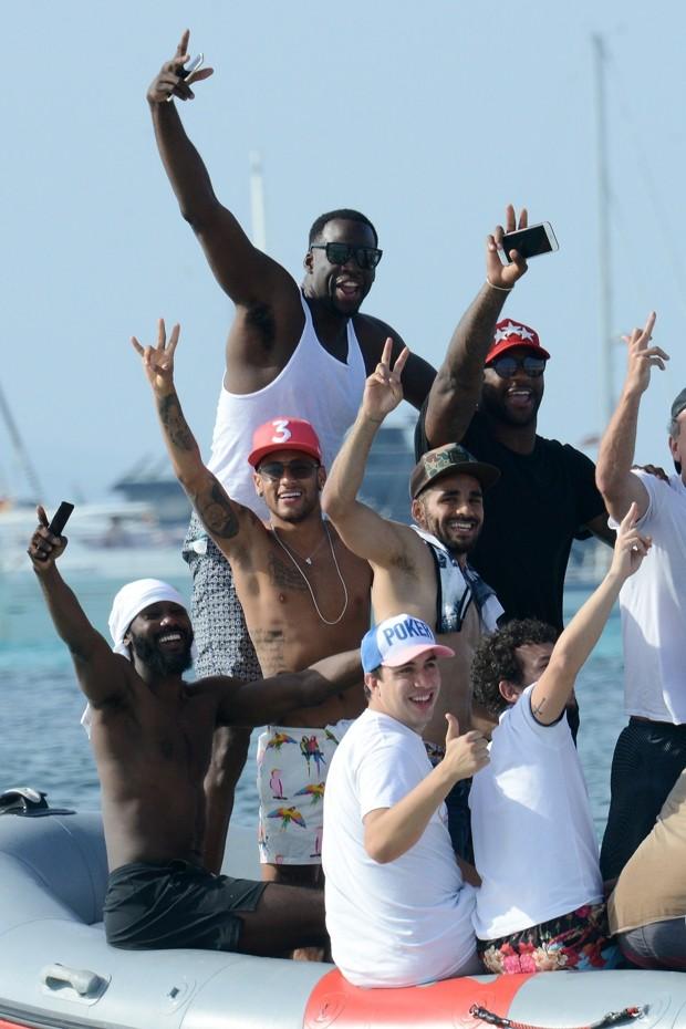 Neymar aproveita férias com amigos (Foto: AKM-GSI)