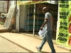 Desempregado consegue vaga após entregar currículos em semáforo