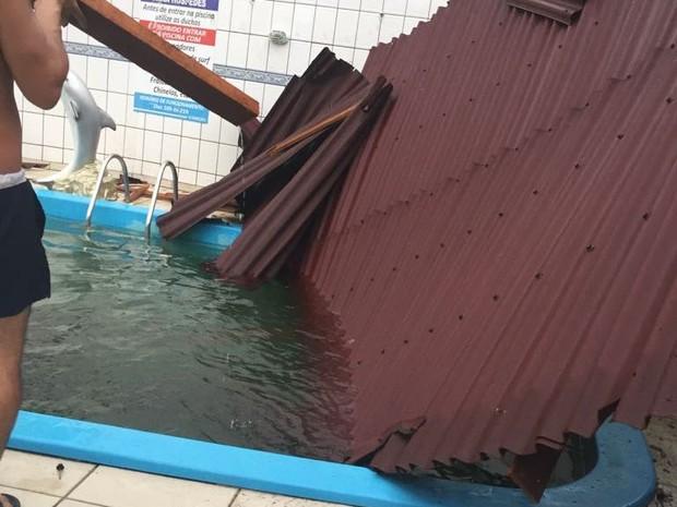 Parte do telhado caiu sobre piscina de pousada nos Ingleses (Foto: Milene Calvet/Arquivo Pessoal)