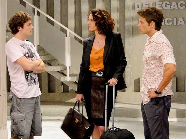 Que decepção! Lygia encontra o filho na delegacia (Foto: Cheias de Charme / TV Globo)