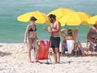Bianca Bin curte praia com o marido e beija muito no mar