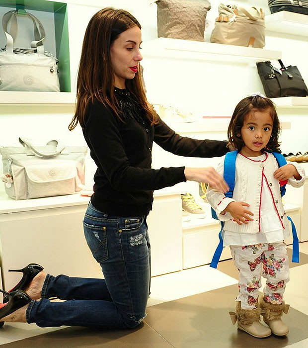 Tania Khalill paparica as filhas em visita a loja - Quem | QUEM News