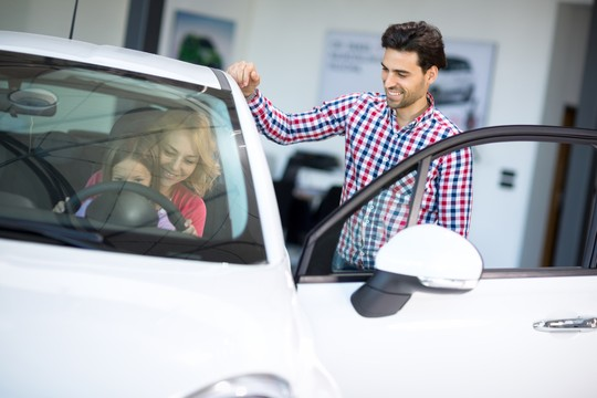 Antes de escolher o carro, responda às perguntas básicas para entender a sua necessidade (Foto: LuckyBusiness/Thinkstock)