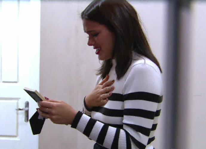 Bruna se emociona com foto sua de infância (Foto: Globo)