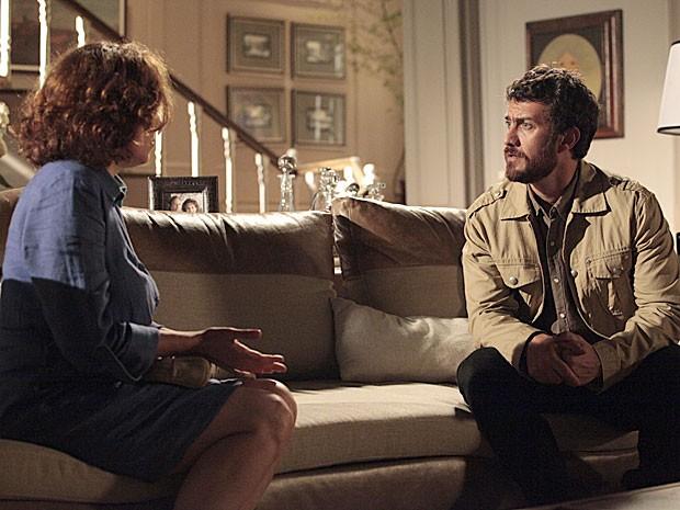 Rodrigo explica que casamento foi adiado (Foto: Amor Eterno Amor/TV Globo)