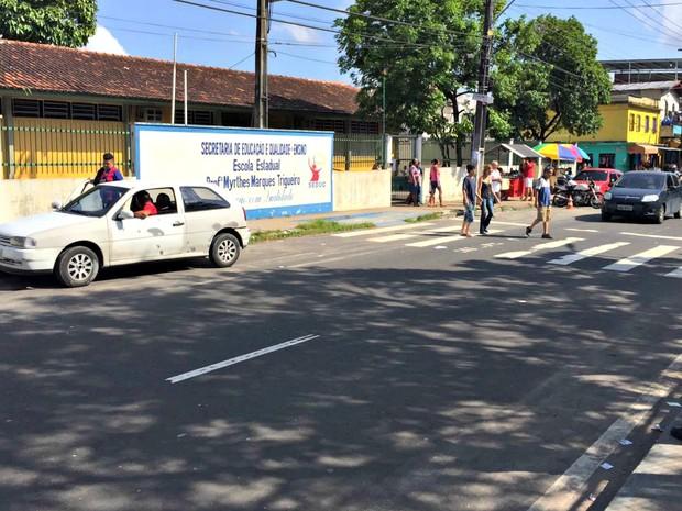 Escola onde eleitores dizem que mesários não encontram os nomes deles (Foto: Muniz Neto / G1 AM)