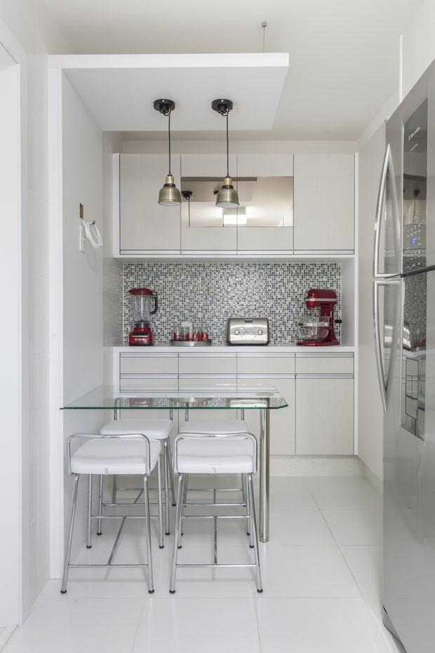 Décor do dia: toques de vermelho na cozinha branca