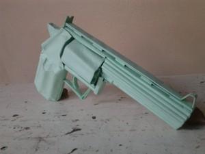 Arma de papel tem todos os detalhes de um revólver real e seria pintado, segundo a polícia (Foto: Alex Pimentel/Arquivo pessoal)