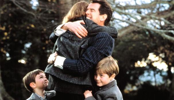 Pierce Brosnan vive pai desempregado que luta para ficar com seus três filhos (Foto: Divulgação/Reprodução)