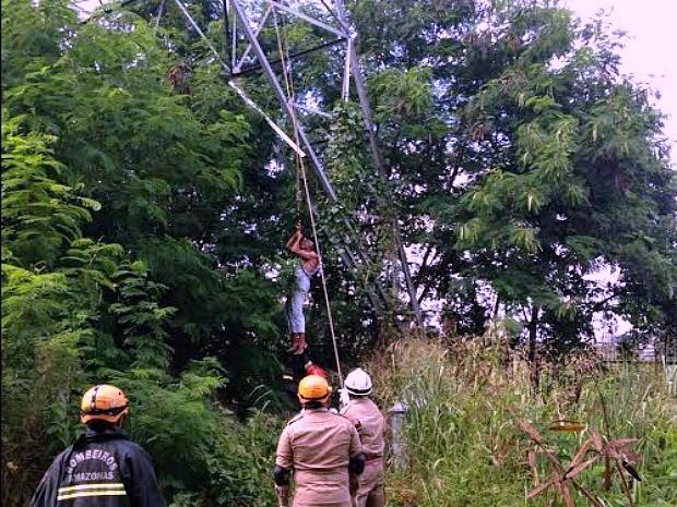 Resgate de homem em torre de alta tensão durou alguns minutos  (Foto: Divulgação/Corpo de Bombeiros)