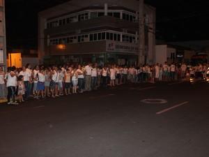 Pessoas de mãos dadas clama paz e justiça em Petrolina (Foto: Juliane Peixinho / G1)