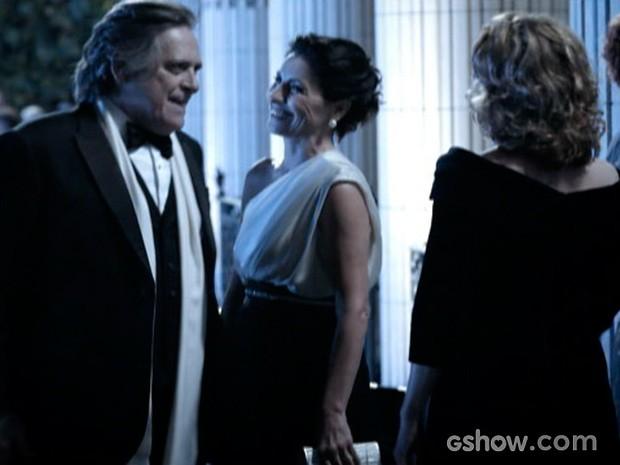 Angela recepciona Gilda e Bernardo. As duas debocham do poder de Braga. (Foto: O Rebu / TV Globo)