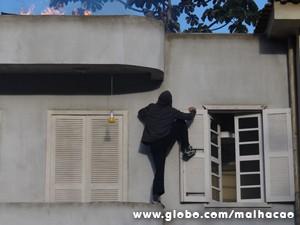 Ben escala o prédio (Foto: Malhação/TV Globo)