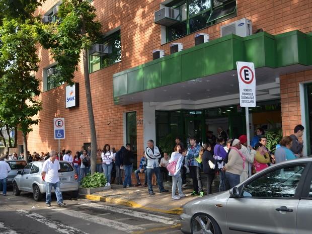 Famílias 'dormem' em fila para fazer inscrição no Pronatec em Piracicaba (Foto: Fernanda Zanetti/G1)