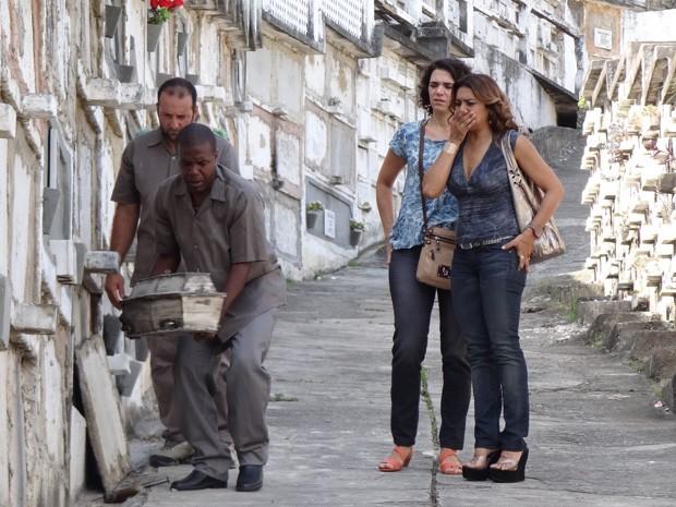 Delzuite e Lucimar se emcionam ao verem o pequeno caixão (Foto: Salve Jorge/TV Globo)