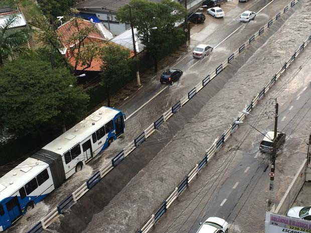 Avenida Anchieta, próximo da esquina com rua Major Sólon, teve pontos de alagamentos durante a chuva em Campinas (Foto: Priscila Maboni/ VC no G1)