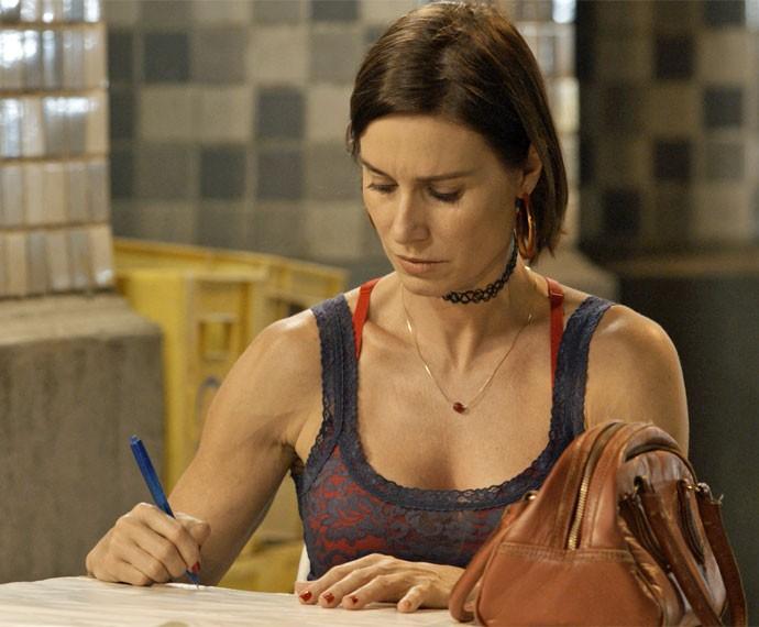 """Sueli dá um jeito de avisar a amiga escrevendo um bilhetinho: """"cilada"""" (Foto: TV Globo)"""
