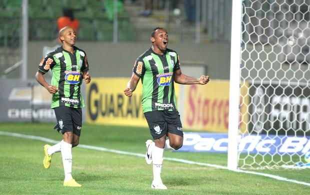 Obina comemora gol do América-mg contra o Luverdense (Foto: Denilton Dias / Agência estado)